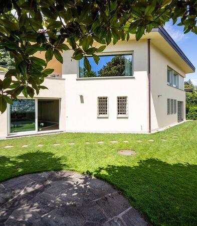 Photo pour Villa with large garden during a summer day. Nobody inside - image libre de droit