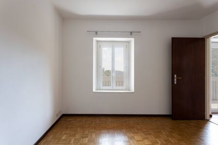 Photo pour Empty room with white walls and window overlooking nature. Nobody inside the room. - image libre de droit