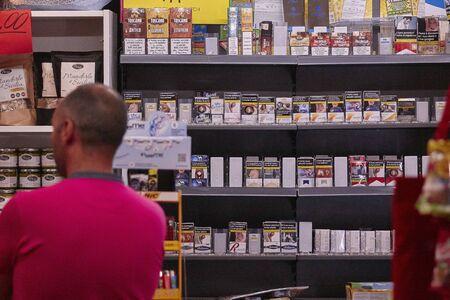 Photo pour Open Tobacconist shop in Italy - image libre de droit