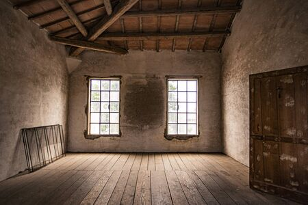 Photo pour Empty room in an abandoned house with window and wooden floor - image libre de droit