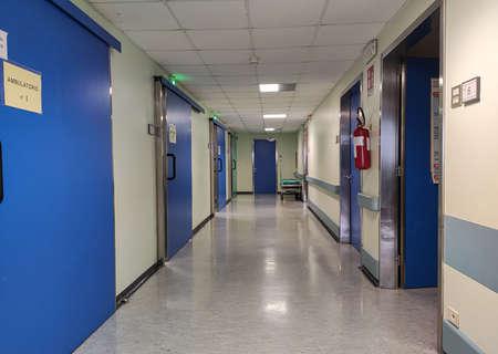 Photo pour Empty Hospital corridor with blue doors and white illumination - image libre de droit