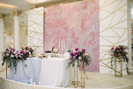 Photo pour Festive and solemn decoration of the banquet room on the wedding day - image libre de droit