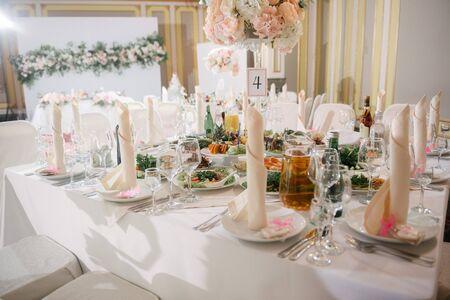 Photo pour Table decoration on the wedding day. - image libre de droit