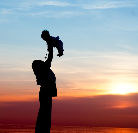 Photo pour silhouette of mother playing with her child - image libre de droit