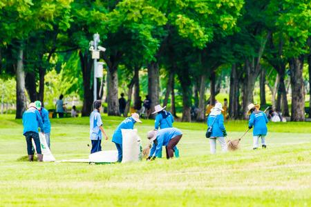 Photo pour teamWork collect garbage in the park - image libre de droit