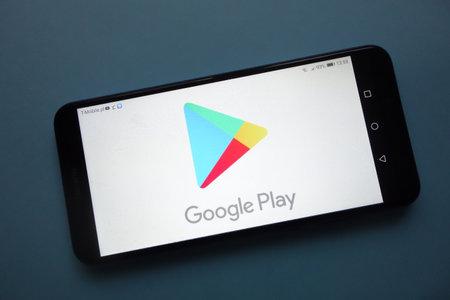Foto de KONSKIE, POLAND - November 25, 2018: Google Play logo displayed on smartphone - Imagen libre de derechos