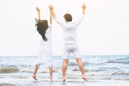 Photo pour Happy couple going honeymoon travel on tropical sand beach in summer. - image libre de droit