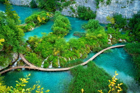 Photo pour Beautiful wooden path trail for nature trekking with lakes and waterfall landscape in Plitvice Lakes National Park - image libre de droit
