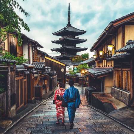 Photo pour Kyoto, Japan Culture Travel - Asian traveler wearing traditional Japanese kimono walking in Higashiyama district in the old town of Kyoto, Japan. - image libre de droit