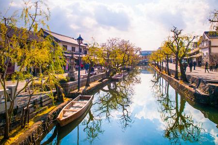 Photo pour Boat in old canal of Kurashiki, Okayama, Japan. - image libre de droit