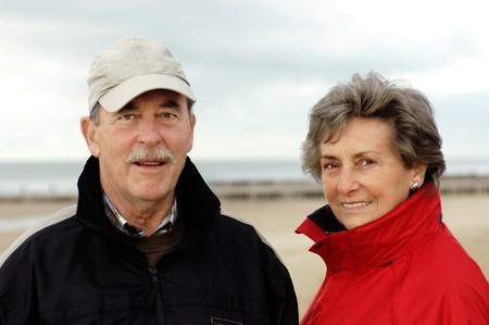 Senioren-Paar, glÃŒcklich und verliebt, in herbstlicher Kleidung. Brustportrait.