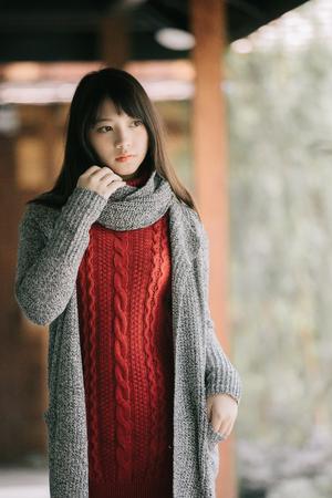 Foto de Portrait japanese fasion style wool coat fashion dress in japanese garden - Imagen libre de derechos