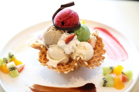 Photo pour ice cream on waffle and fruit topping - image libre de droit