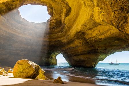Photo pour Benagil cave. Algarve coast. Portugal - image libre de droit