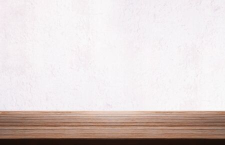 Photo pour Wooden table top over white grunge vintage concrete wall blurry background. - image libre de droit