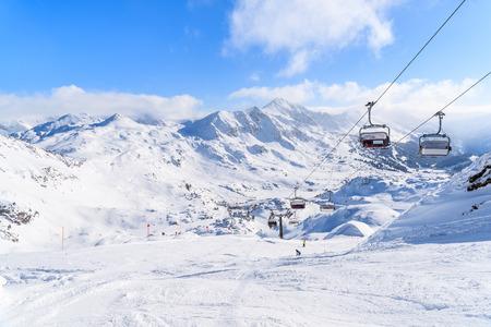Foto de View of chairlifts and beautiful winter scenery in Obertauern ski resort, Austria - Imagen libre de derechos