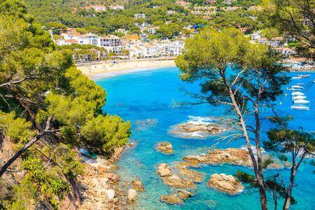 Photo pour Rocks in beautiful sea bay of Llafranc village, Costa Brava, Spain - image libre de droit