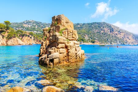 Photo pour Rock in sea on beautiful Aiguablava beach, Costa Brava, Catalonia, Spain - image libre de droit