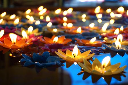 Photo pour Many of colourful Floating candles - image libre de droit