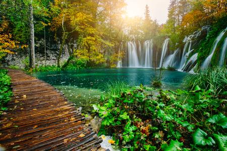 Foto de Majestic view on turquoise water and sunny beams in the Plitvice Lakes National Park. Croatia. Europe - Imagen libre de derechos