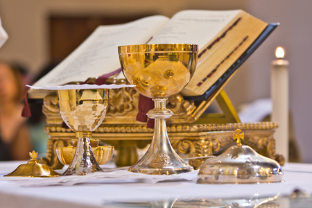 Photo pour on the altar of the pyx and chalice mass they contain wine and hosts, blood and body of Christ - image libre de droit