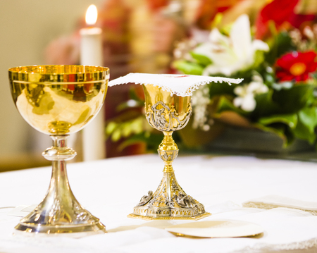 Photo pour goblet with wine, blood of christ, and pyx with host, body of christ, ready on the altar of holy mass - image libre de droit
