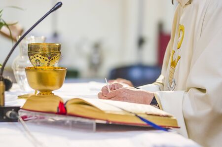 Photo pour altar with consecrated host that becomes the body of jesus christ and chalice for wine, blood of christ, in the church of francesco papa in rome - image libre de droit