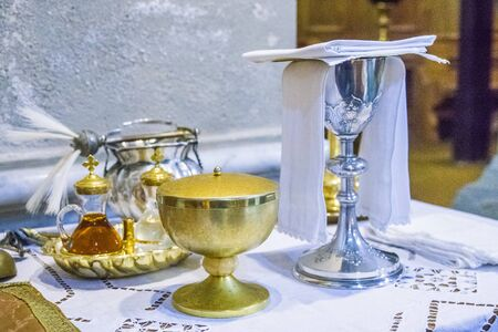 Photo pour chalice for wine, blood of christ, and ciborium with host, body of christ, and ampoules with wine and water for the consecration on the others of the churches for pope francesco - image libre de droit