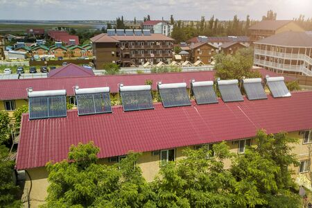 Photo pour solar water heaters on the roof of the hotel - image libre de droit