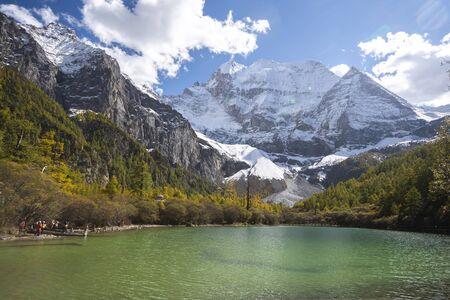 Photo pour Lake with mountains background against blue sky - image libre de droit