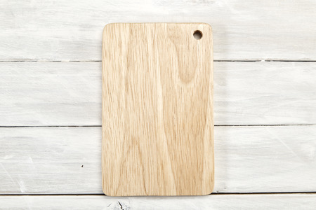 Foto de Cutting board top view on wooden white wooden with copy space, Empty space for design, - Imagen libre de derechos