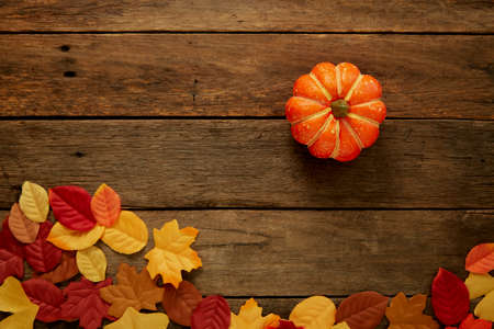 Photo pour Autumn background with leaves and pumpkins on dark wooden top view space for text frame - image libre de droit