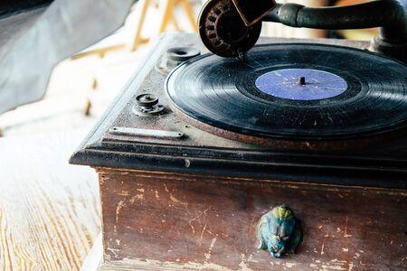 Foto de Detail of Antique vinyl record player - Imagen libre de derechos