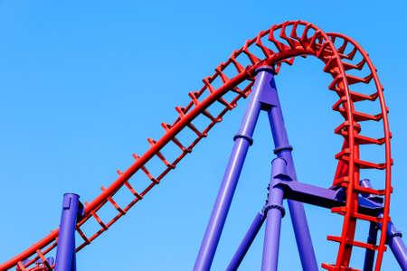 Foto de close-up image of a rollercoaster track and the blue sky - Imagen libre de derechos
