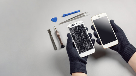 Photo pour Technician or engineer prepairing to repair and replace new screen broken and cracked screen smartphone prepairing on desk with copy space - image libre de droit