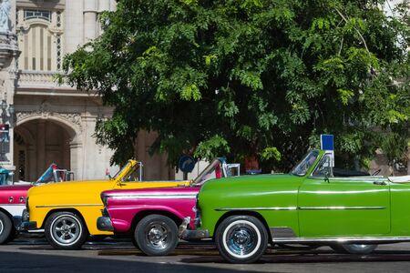 Aufgereihte amerikanische farbenfrohe Cabriolet Oldtimer vor dem Gran Teatro in Havanna Kuba - Serie Kuba Reportage