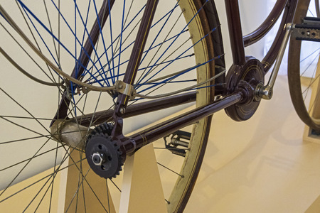 Photo pour The old bicycle of the original design - the movement from the pedals to the wheel is transmitted not by a chain, but by a shaft with a bevel gear. - image libre de droit