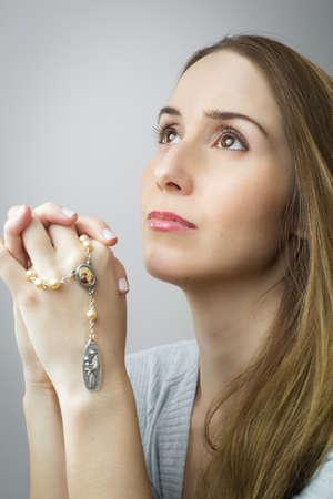 Photo pour Woman praying - image libre de droit