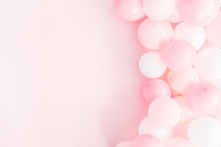 Foto de Balloons on pastel pink background. Frame made of white and pink balloons. Birthday, valentines day, holiday concept. Flat lay, top view, copy space - Imagen libre de derechos