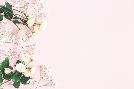 Photo pour Flowers composition. Rose and gypsophila flowers on pastel pink background. Valentines day, mothers day, womens day concept. Flat lay, top view, copy space - image libre de droit