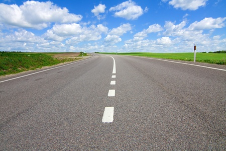 Photo pour Long road stretching out into the distance - image libre de droit