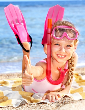 Photo pour Little girl  playing on  beach. - image libre de droit