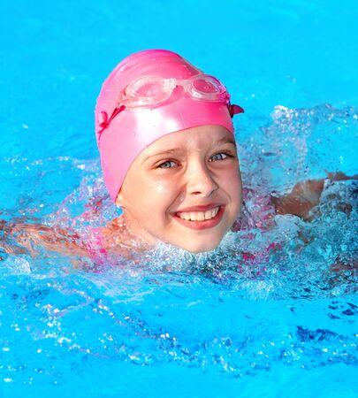 Photo pour Little girl  swimming in pool. - image libre de droit