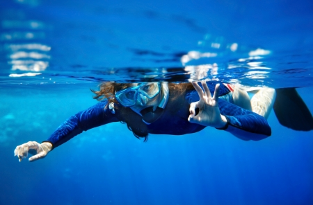 Photo pour Scuba diver young woman in  blue water. - image libre de droit