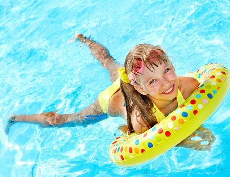 Photo pour Child playing in swimming pool. Summer outdoor. - image libre de droit
