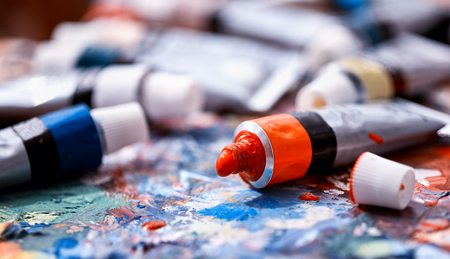 Foto de From tube on palette comes paint. Picturesque composition for still life. Dry paint. Discounts on goods for artists. - Imagen libre de derechos