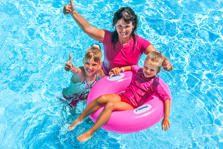 Photo pour Family with children in swimming pool. Summer outdoor. - image libre de droit