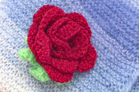 Photo pour Multicolored scarf with knitted flower - image libre de droit