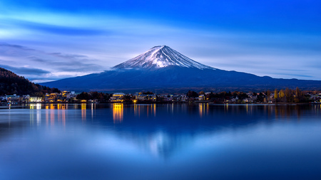 Foto de Fuji mountain and Kawaguchiko lake in morning, Autumn seasons Fuji mountain at yamanachi in Japan. - Imagen libre de derechos