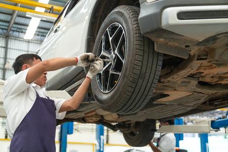 Photo pour Installation and inspection of wheels on the car. Torsion of wheels - image libre de droit